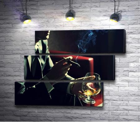 Мужчина с сигарой и бокалом виски