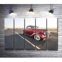 Красный ретро автомобиль на трассе