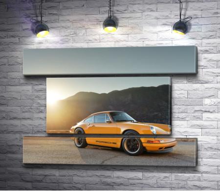 Желтый Porsche 911с откидным верхом