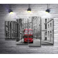 Красный автобус на черно-белой улице