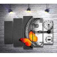 Желтая бабочка на фоне часов в черно-белой гамме