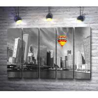 Яркий воздушный шар над черно-белым городом с рекой, Чикаго