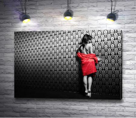 Черно-белое фото девушки в красном халате