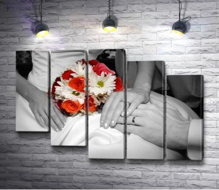 Фотография жениха и невесты в черно-белой гамме с акцентом на свадебном букете