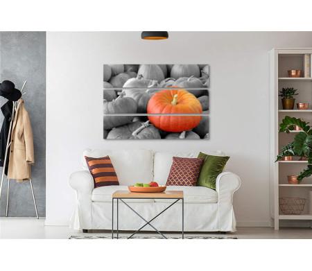 Оранжевая тыква среди черно-белых