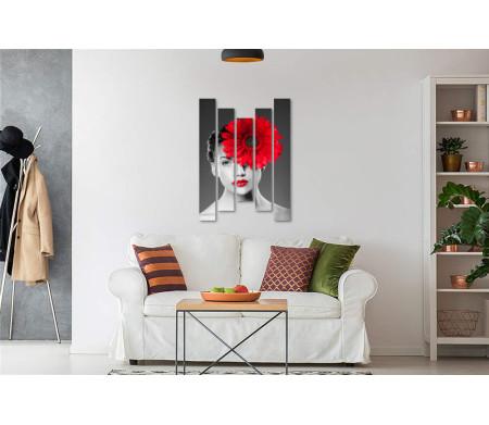 Черно-белое фото девушки с красной герберой на лице