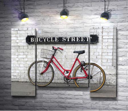 Велосипед стоит у стены
