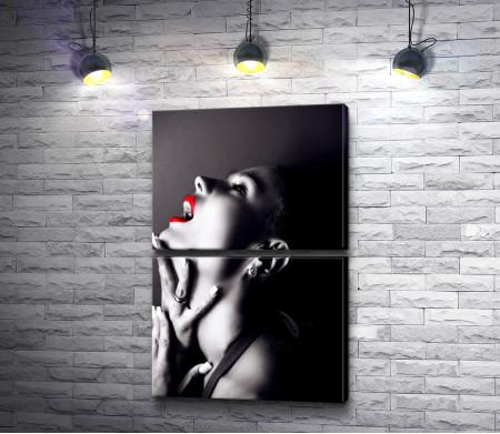 Черно-белое фото девушки с красными губами