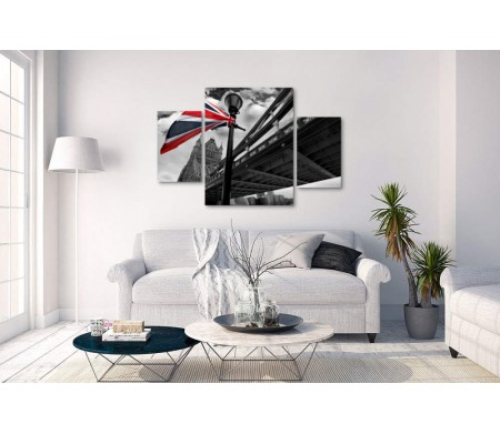 Цветной флаг Британии на фоне Тауэрского моста в черно-белой гамме, Лондон
