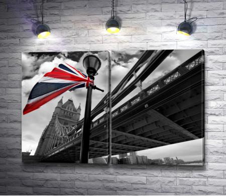 Цветной флаг Британии на фоне Тауэрского моста в черно-белой гамме