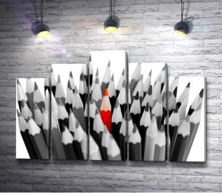 Цветные карандаши в черно-белой гамме