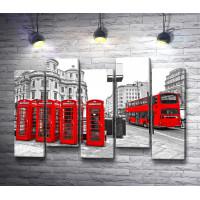 Красные телефонные будки и красный автобус в черно-белом Лондоне