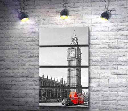 Красный автобус у Биг Бена в черно-белой гамме, Лондон