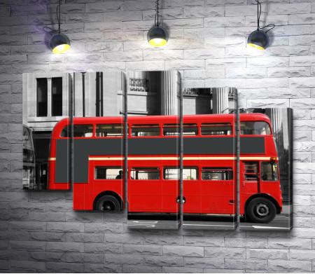 Лондонский автобус красного цвета, черно-белое фото с цветными вставками