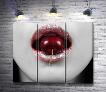 Девушка ест красную вишню, черно-белое фото
