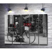 Велосипед с корзинами подарков, фото в черно-белой гамме