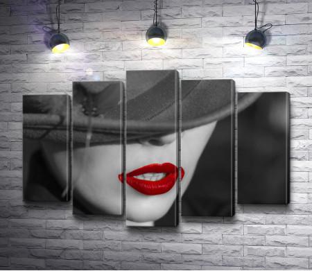 Черно-белое фото девушки в шляпе с красными губами