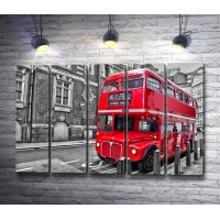 Двухэтажный красный автобус в черно-белом городе
