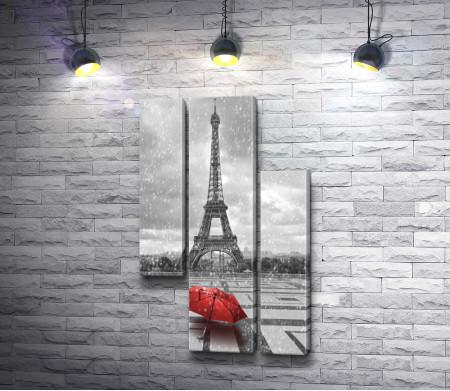 Красный зонт на фоне Эйфелевой башни в черно-белых тонах, Париж