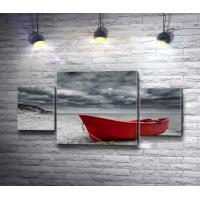 Красная лодка на фоне пасмурного неба, черно-белое фото с цветным акцентом
