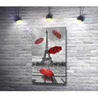 Красные зонты на фоне Эйфелевой башни в черно-белой гамме, Париж