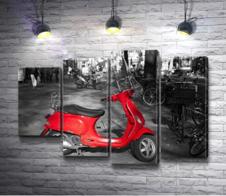 Красный скутер на фоне черно-белых улиц города