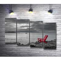 Деревянный стул на морском побережье. Черно-белое фото