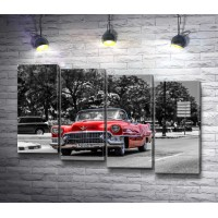 Красный ретро-автомобиль на серой улице