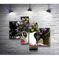 Белая ваза с цветами и ягоды