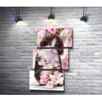 Очаровательный котенок с розовыми цветами