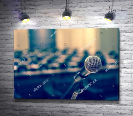 Микрофон в конференц-зале. Винтажный снимок