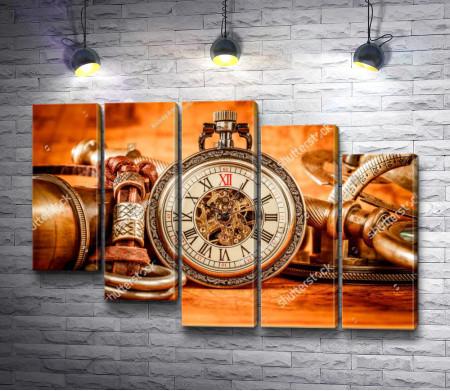 Старинные часы и карта