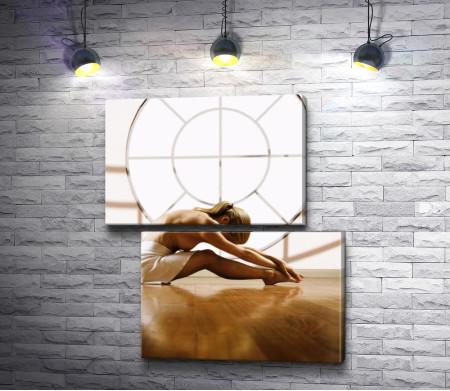 Обнаженная танцовщица на фоне окна