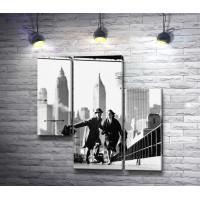 Счастливая пара на прогулке в Нью-Йорке, черно-белое фото