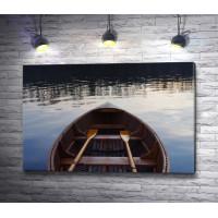 Лодка с веслами на озере