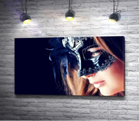 Девушка в черной маске