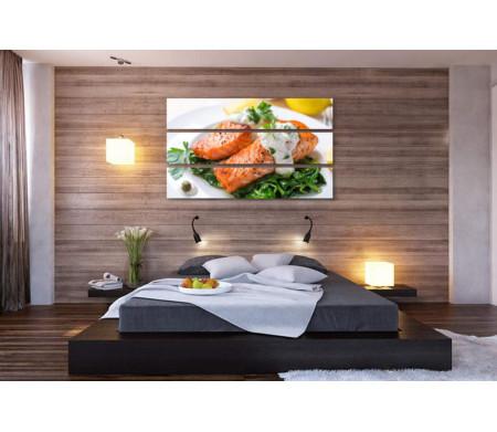 Лосось на подушке из шпината под соусом