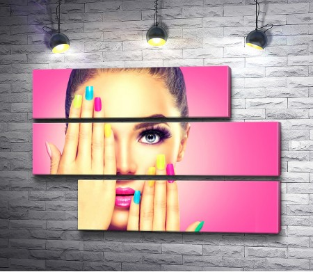 Фото девушки с разноцветными ногтями на розовом фоне