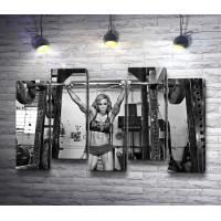 Девушка-культуристка в фитнес зале. Черно-белый снимок
