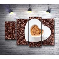 Чашка-сердце и зерна кофе