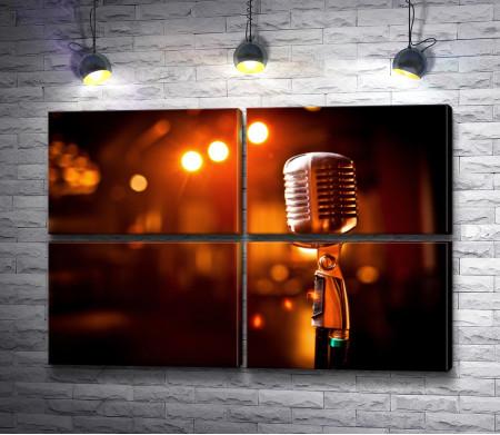 Микрофон под светом софит