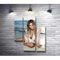 Певица Шакира на морском побережье