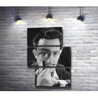 Черное-белое фото Сальвадора Дали с лупой
