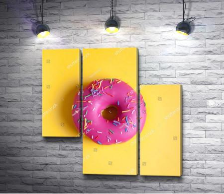 Пончик с ярко-розовой глазурью