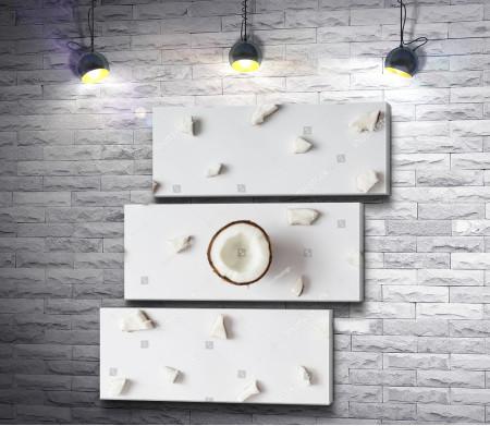 Кокосовый орех на белом фоне