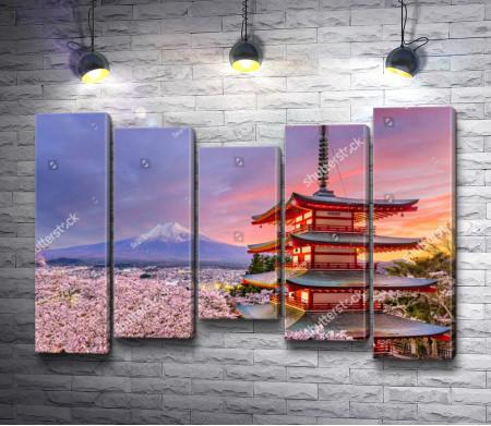 Японский домик на фоне горы Фудзи