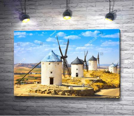 Ветряные мельницы в городе Консуэгра, Испания