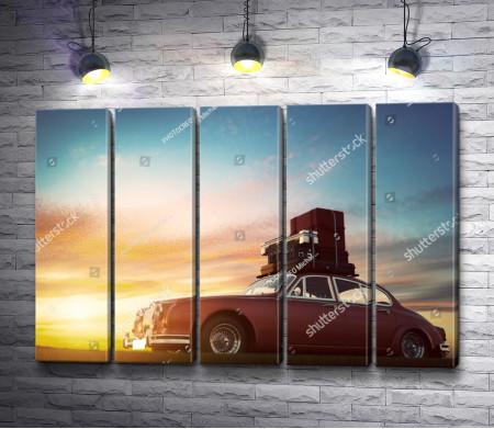 Ретро автомобиль с багажом на закате