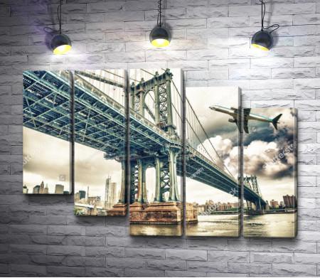 Самолет над Манхэттенским мостом. Нью-Йорк
