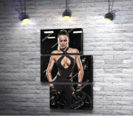 Девушка на фитнес тренировке со штангой